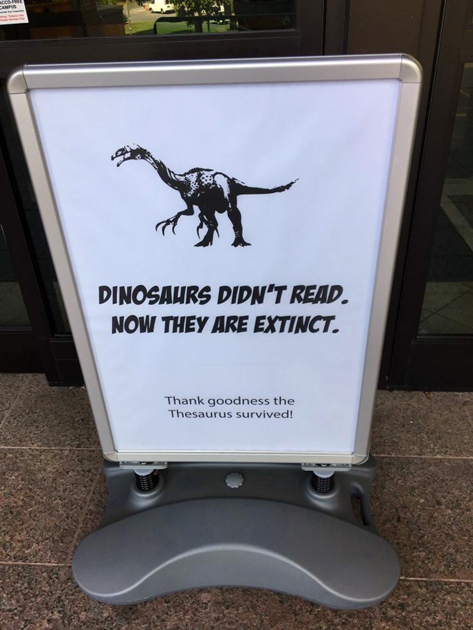 Dinossauros não Ler, Agora Eles estão Extintos Sinal e Mais 10 Coisas Estranhas visto em Bibliotecas