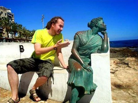 23 People Who Are Having Way Too Much Fun with Statues