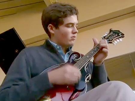 Teen blesse à tête, un génie Musical que peut jouer les 13 Instruments se réveille