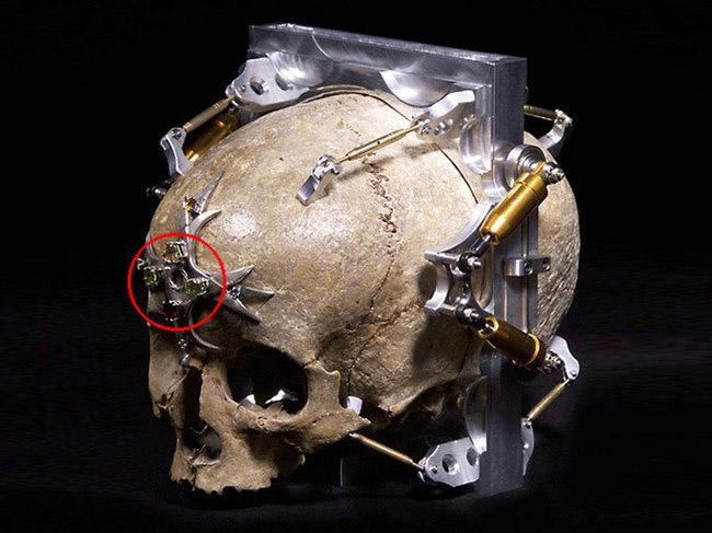 Geek tourne réel humain crâne en entièrement fonctionnel caméra, pourrait être Creepiest jamais
