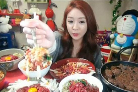 Fille de Corée mange des quantités massives de nourriture pour les Fans en ligne, gagne 9000 $ par mois